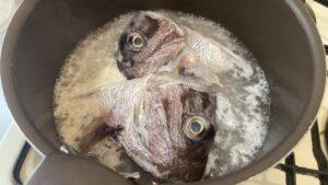 鯛の兜煮のアク